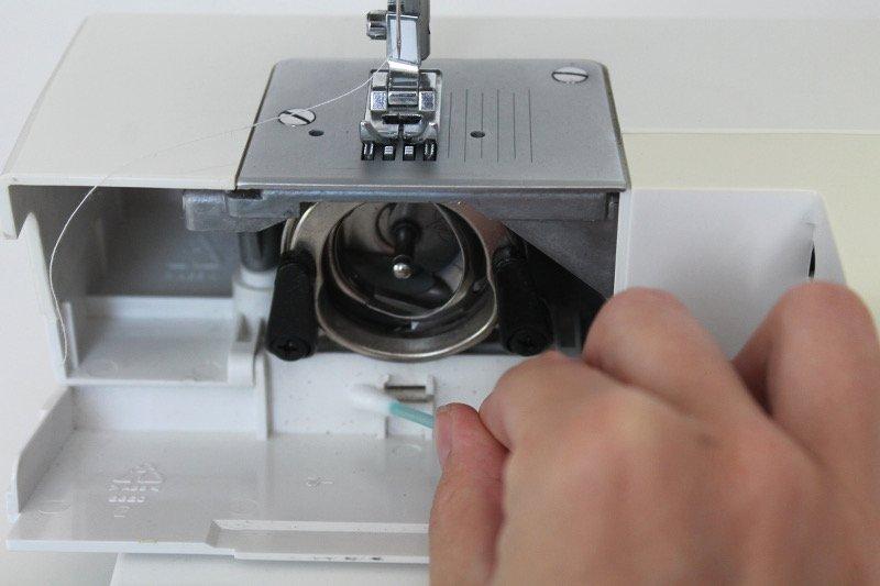 naehmaschine-oelen-und-reinigen-fadenspule-reinigen