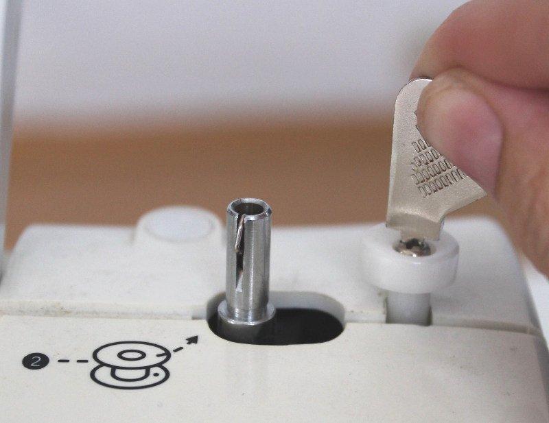 naehmaschine-oelen-und-reinigen-maschine-aufschrauben
